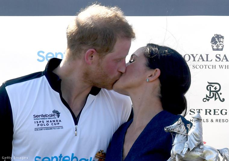 Ez a fotó szintén fontos a királyi család életében, hiszen Harry herceg és a felesége olyasmire vetemedtek, ami annyira nem szokás a királyi családban, hogy Vilmos és Katalin soha nem is csináltak ilyesmit: csak úgy, örömükben megcsókolták egymást nyilvánosan!!!!