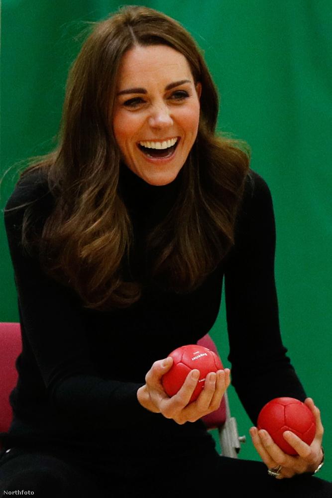 Katalin hercegné ősszel tért vissza a szülési szabadságáról, el is ment gyorsan egy teniszmeccsre, ahol tőle szokatlan pozitúrában,teli szájjal nevetve fotózták le.