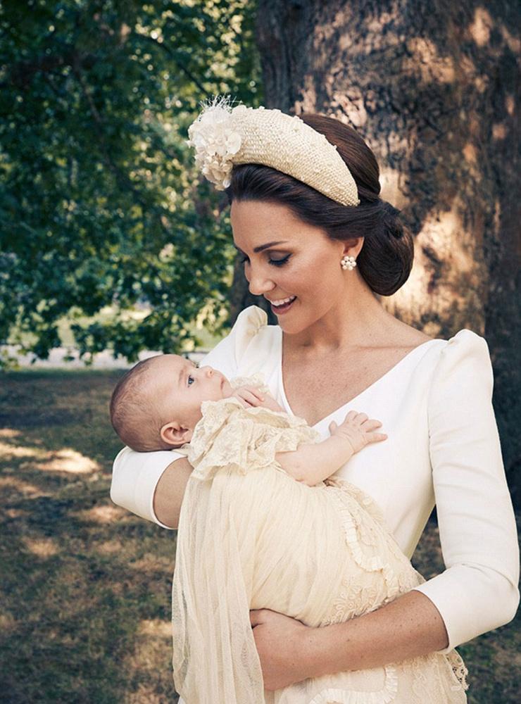 Egy hónappal később, júliusban ismét megtekinthettük Lajos herceget, hiszen ekkor keresztelték meg.