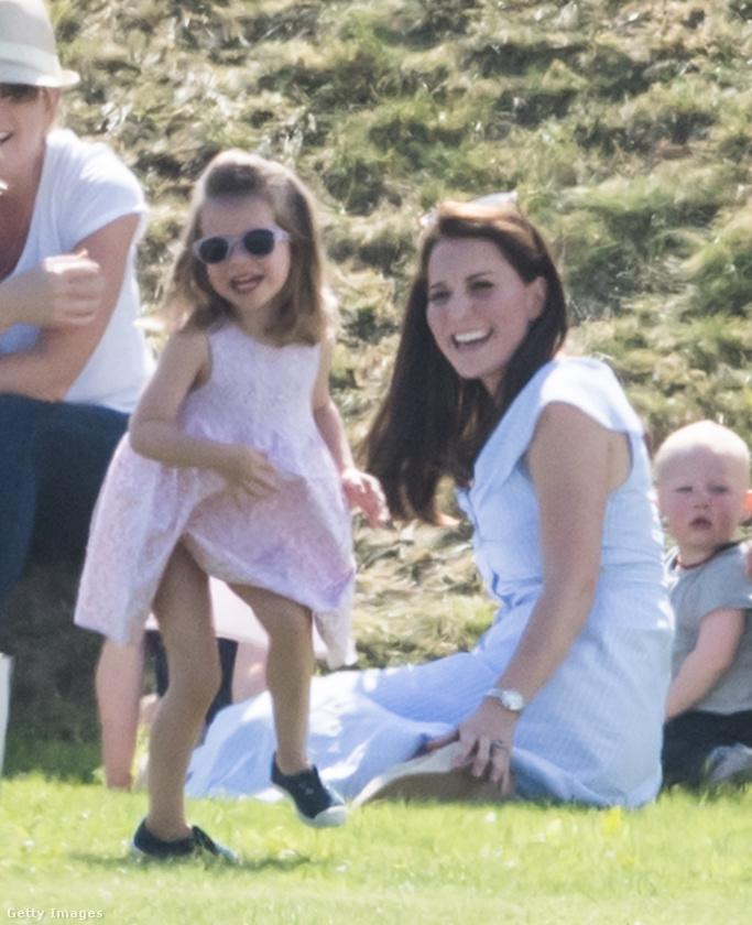 A képeket egy jótékonysági pólómeccsen lőtték a fotósok, de vélhetően a lovak szinte senkit nem érdekeltek, főleg mikor a hároméves hercegnő így produkálta magát.