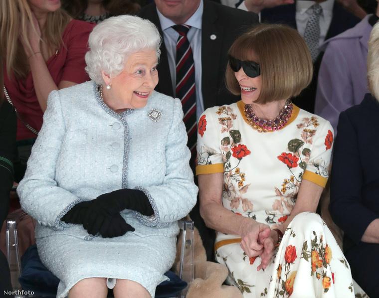 Februárban divathét volt Londonban és a királynő be is ült a Vogue főszerkesztő Anna Wintour mellé egy bemutatóra