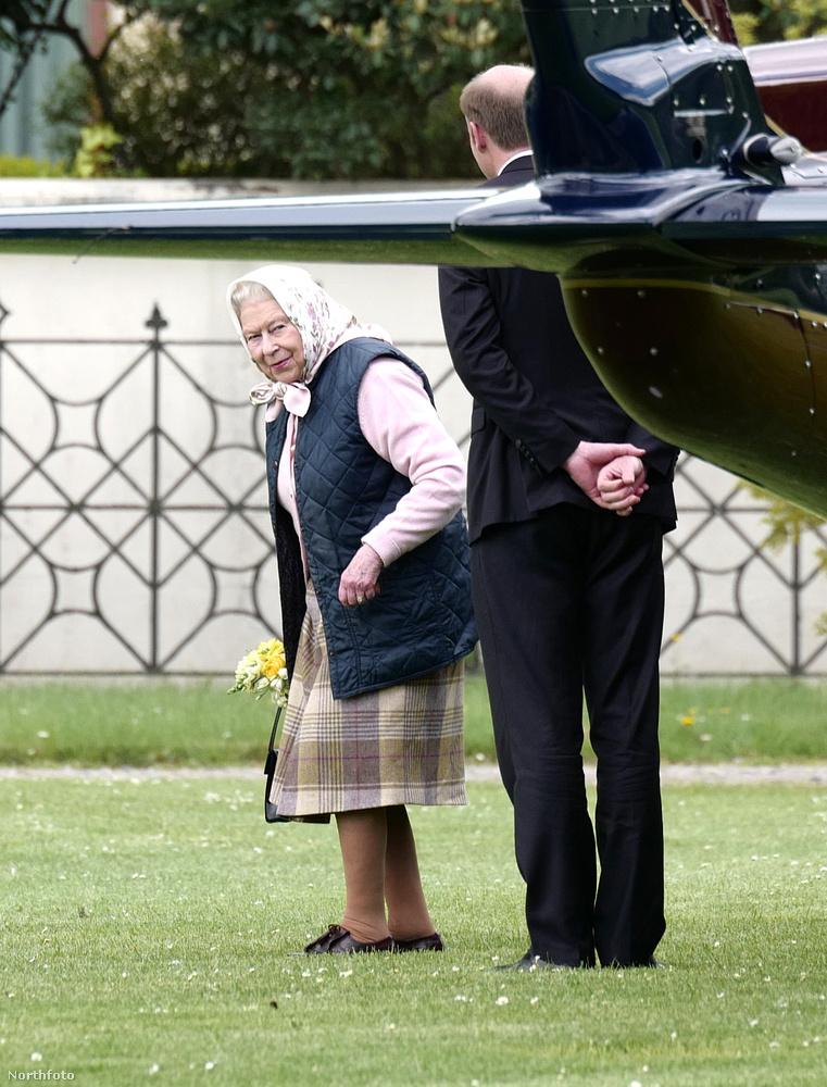 Persze a királynő is meglátogatta a dédunokáját, majdnem pontosan úgy, ahogy egy átlagos dédnagymama tenné