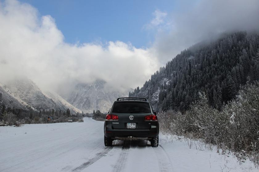 autó tél utazás hegyek (1)