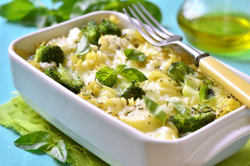 Karfiolos, brokkolis rakott tészta fűszeres, sajtos szószban sütve