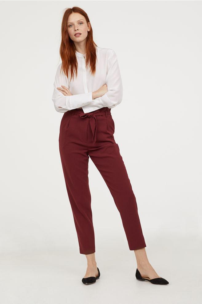 A magas derekú, kötős nadrágok extra nőiesek, ráadásul elrejtik az esetleges pocakot, és karcsúsítanak. Bordóban még csinosabbak, ezt a darabot pedig a H&M-ben 8990 forintért be is szerezheted.