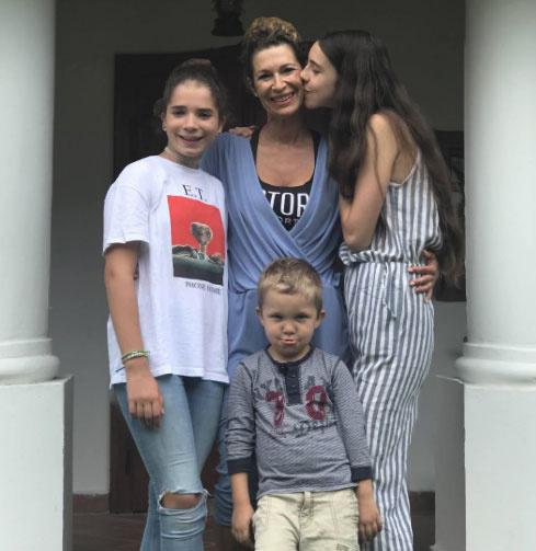A fotón Kósa L. Adolf családja látható: feleségének előző kapcsolatából két lánya született, az egykori műsorvezető sajátjaiként szereti őket. Középen közös fiuk, Nimród áll.