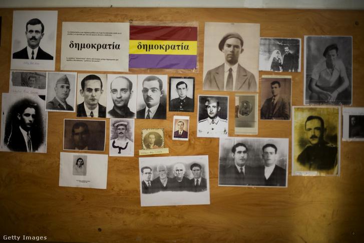 Képek a Franco-diktatúra halálos áldozatairól és azok rokonairól a San Rafael temetőben, Malagában 2007. június 20.