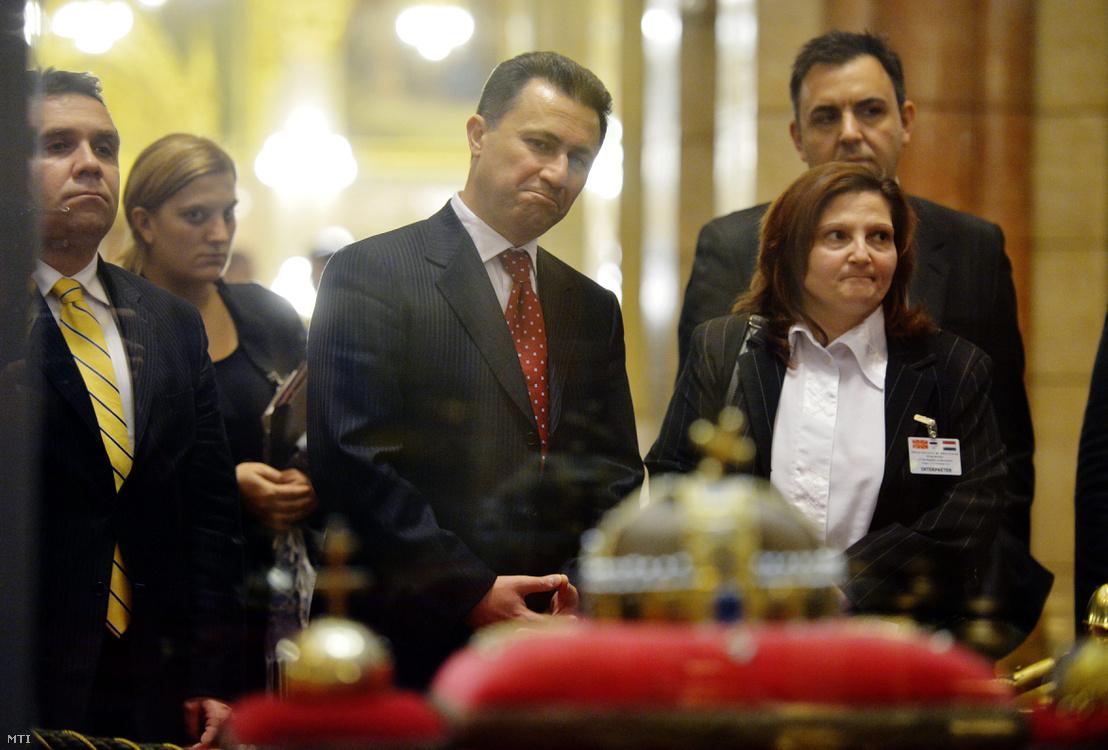 A budapesti látogatáson tartózkodó Nikola Gruevszki macedón miniszterelnök (k) megtekinti a koronázási jelvényeket a Parlamentben 2012. november 14-én