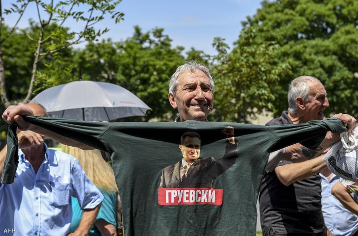 Gruevszkit támogató tüntető a szkopjei bíróság előtt 2018. május 23-án