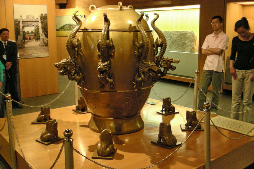 Ez a szerkezet egy hatalmas bronzedény, melyről a négy égtáj és a köztes égtájak felé egy-egy sárkány néz lefelé. Az edényt bronzbékák veszik körül. Földrengés esetén a sárkányok szájából a békákéba pottyan egy bronzgolyó. Így a földrengés ténye és iránya is meghatározható volt.