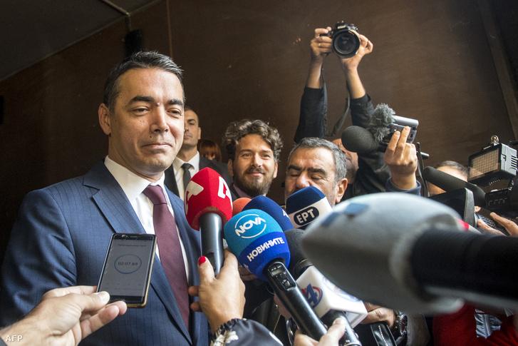 Nikola Dimitrov (balra) macedón külügyminiszter