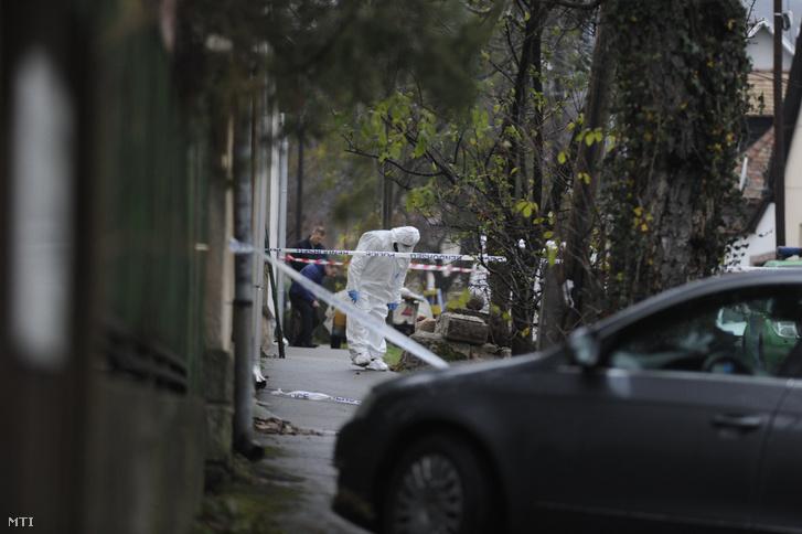 Bűnügyi helyszínelő a főváros III. kerületében, ahol több lövéssel végeztek egy nővel hajnalban 2018. november 21-én.
