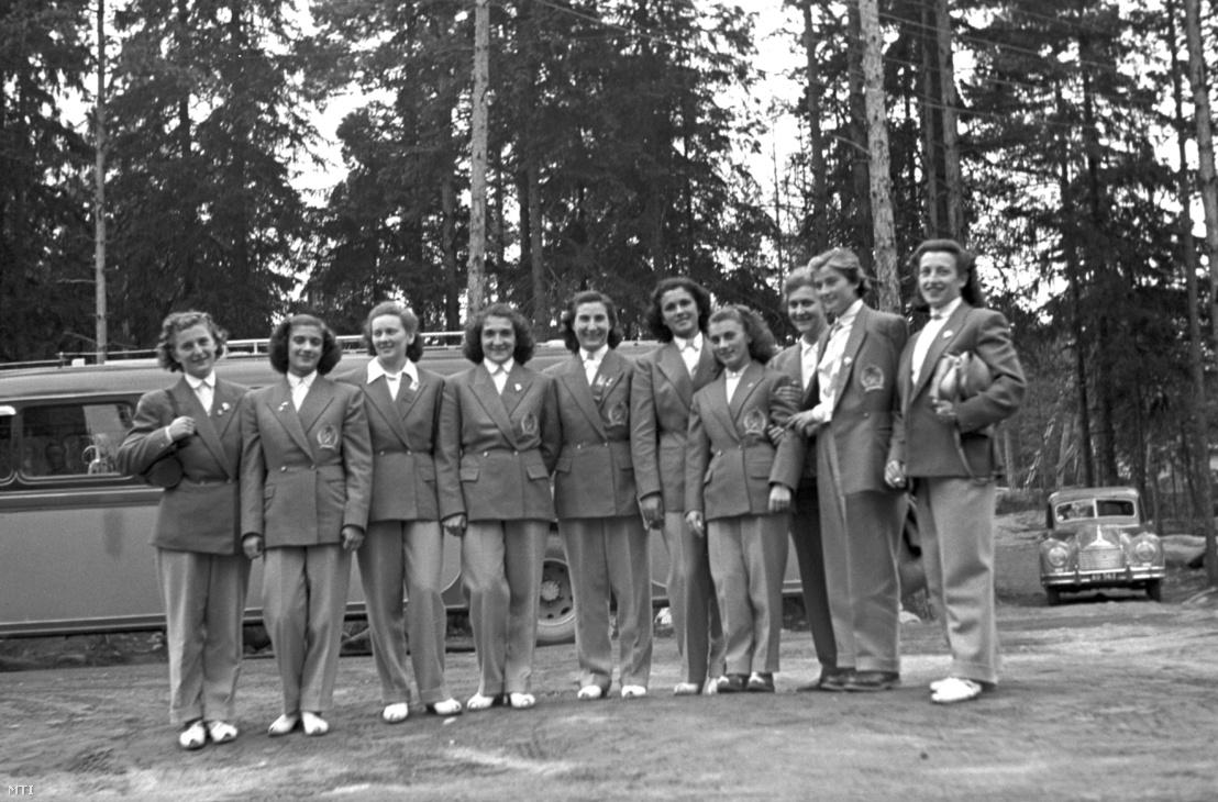 1952. augusztus 7. Tass Olga (b1), Bodó Andrea (b2), Daruháziné Karcsics Irén (b3), Perényiné Weckinger Edit (b4), Köteles Erzsébet (b5), Korondi Margit (j4), Keleti Ágnes (j1) tornászok, Nagy Jenőné edző (j3) és Hartmann Cecília kajakos (j2) csoportképe a helsinki nyári olimpián.