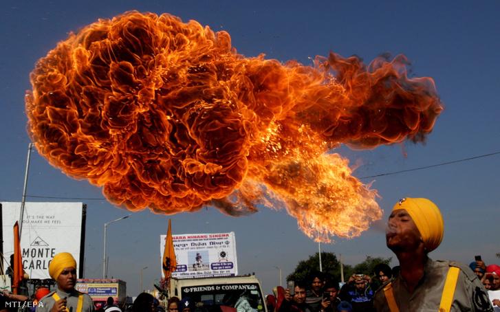 Tűzköpő mutatványos a Guru Nának születésnapja alkalmából tartott ünnepségen Dzsammu és Kasmír indiai szövetségi állam téli fővárosában, Dzsammuban 2018. november 21-én.