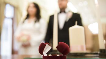 Öt plusz szabadnapot kapnak a friss házas közszolgák