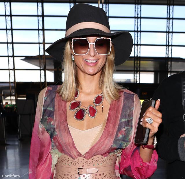 Itt látható Paris Hilton ujján a bizonyos gyűrű.