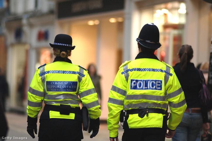 Rendőr és közterületes járőröznek Yorkshire-ban