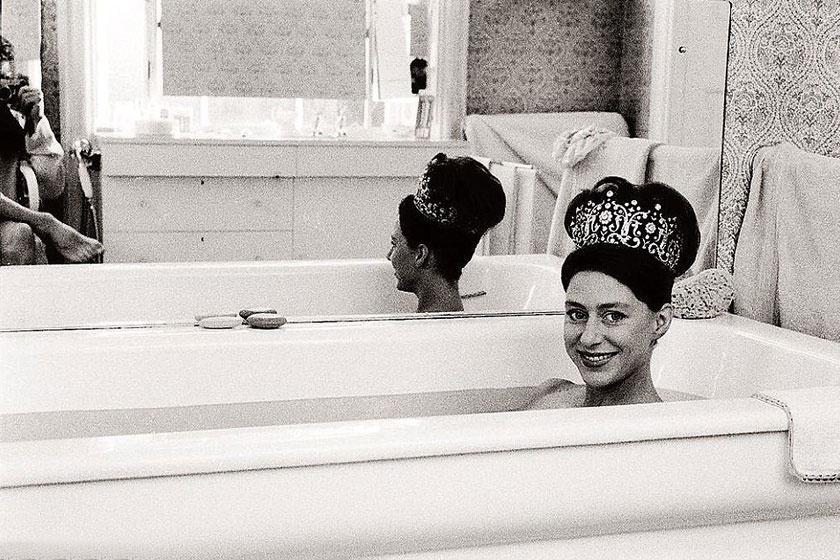 Margit hercegnő tiarában és anyaszült meztelenül a fürdőkádban.