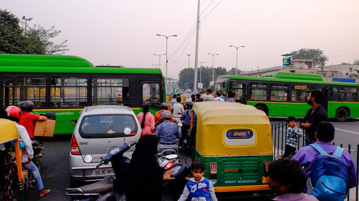 Blokád Delhi egyik főútján, először rácsokkal, majd BKV- (oké, DKV-)buszokkal