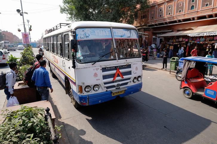 Régi név, azzal majdnem egyidős busz: Leyland (Ashok Leyland) a Szelek Palotája előtt, Dzsaipurban