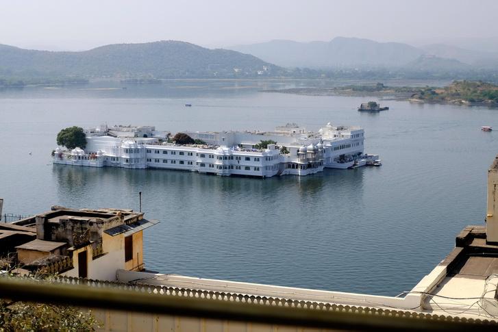Udaipur hegyi város, körülötte több tó is található. A legnagyobb tavon pedig ez itt, a Jag Niwas, az Úszó Palota, ami ma már szálloda