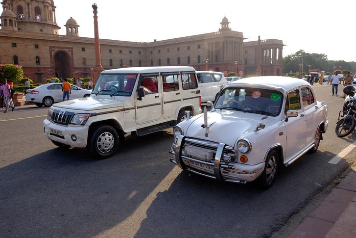 Állami autók a kormányzati épületeknél