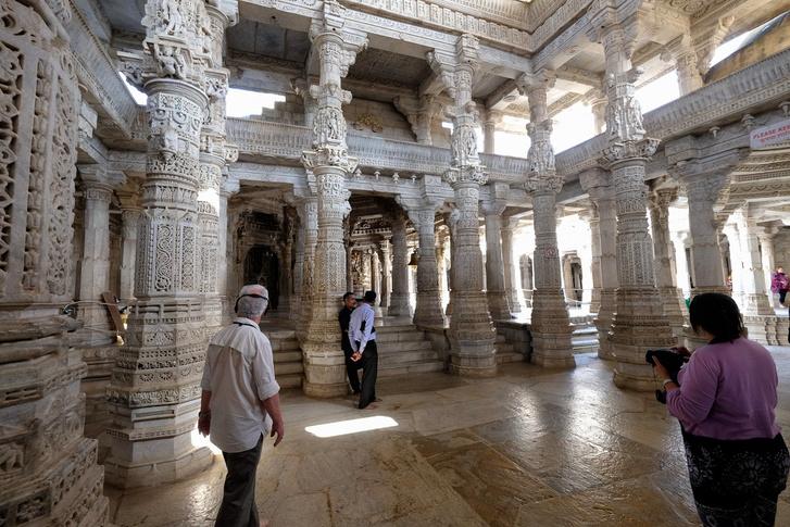 A ranakpuri jain-templom tiszta márvány, s 1444 oszlop található benne