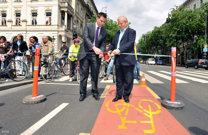 Tarlós István főpolgármester és Vitézy Dávid, a Budapesti Közlekedési Központ vezérigazgatója az elkészült Andrássy úti új kerékpársáv átadásán 2012. május 29-én