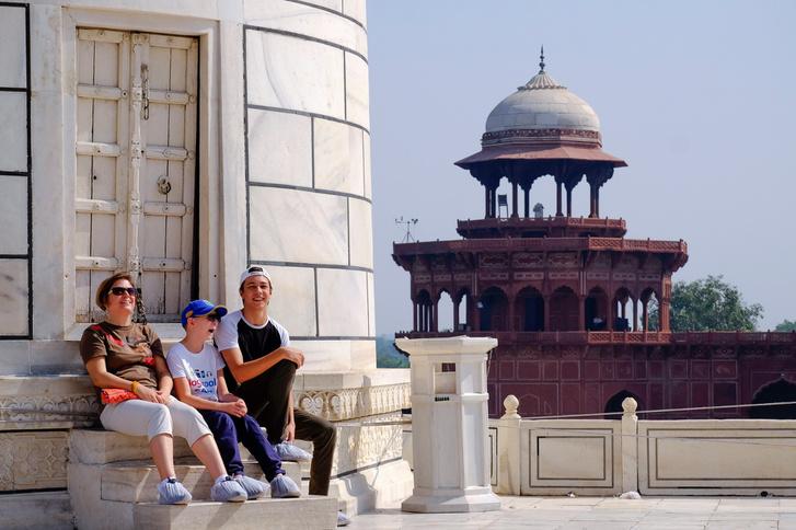 Pihenőnk a Tádzs egyik oszlopának tövében