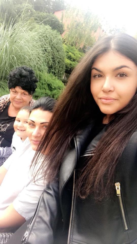 Itt az egész család: Tina, az édesanyja, a kishúga, Vivi és természetesen a dédnagymama, Bangó Margit.