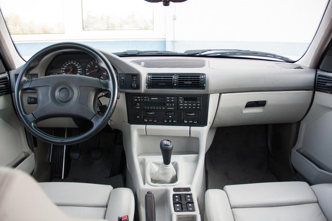 Klasszikus BMW ergonómia, kicsit beforduló középkonzollal