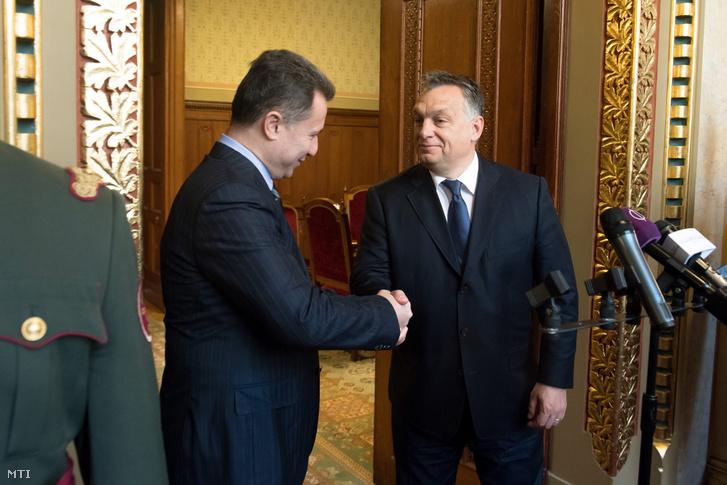 Orbán Viktor miniszterelnök (j) és Nikola Gruevszki, Macedónia korábbi miniszterelnöke kezet fog sajtótájékoztatójuk előtt a Parlament Nándorfehérvári termében 2016. november 18-án.