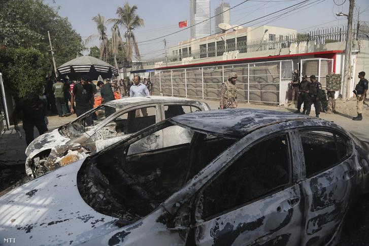 A biztonsági erők tagjai 2018. november 23-án Kína karacsi konzulátusa előtt, amelyet fegyveresek rohamoztak meg. A tűzpárbajban két rendőrt megöltek, kettőt pedig megsebesítettek