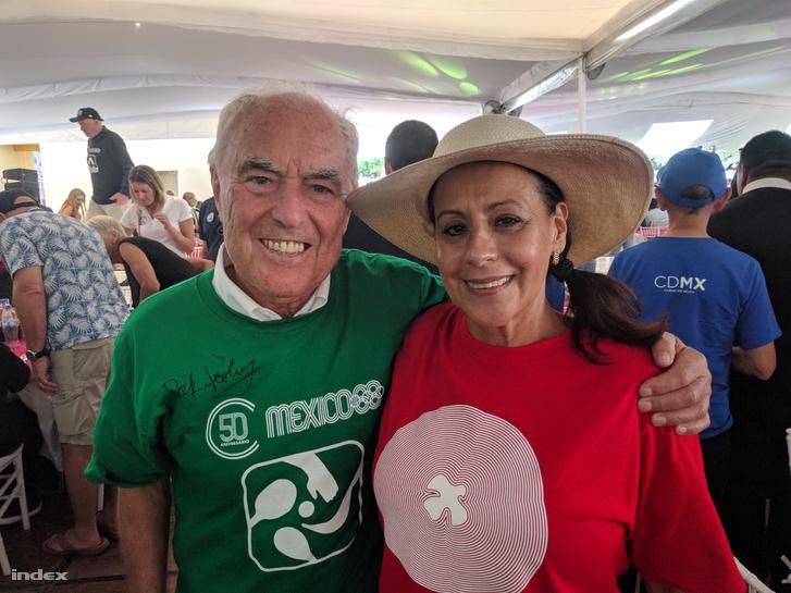 dr. Kamuti Jenő egy mexikói vívótársával, 50 év után ismét találkoztak, egy jó hangulatú fogadáson. Kamuti pólóján Dick Fosbury, a magasugrás megújítójának autogramja