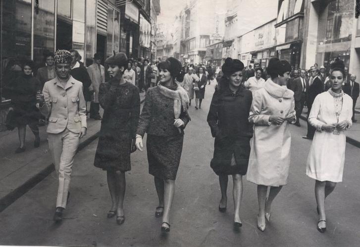 Rotschild-lányok a Váci utcában, 1966. Balról jobbra Takács Zsuzsa, Kállai Kati, Patz Dóri, Pogány Klári, Frisch Zsuzsi, Gottesmann Kati.