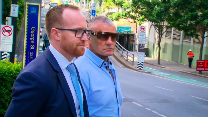 Allan Mcqueen (k) és ügyvédje érkezik a meghallgatásra
