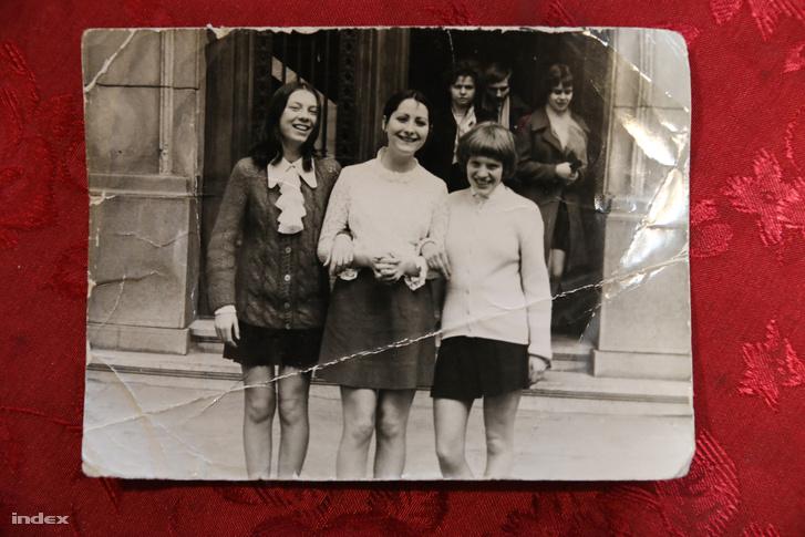 Barátnők az iskola előtt. Középen Éva, jobbra az intőt megfogalmazó Tamássy Teréz