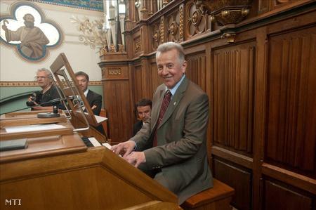 Schmitt Pál orgonán játszik a bátaszéki Árpád-házi Szent Erzsébet plébániatemplomban