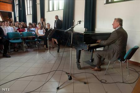 Schmitt Pál a zongoránál