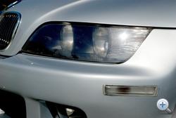 A fényszórók plexije hajlamos besárgulni, de rendelhető a gyári új hozzá