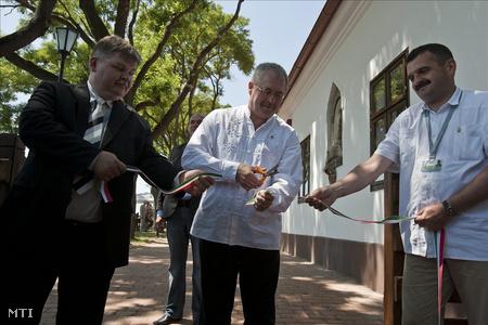Fazekas Sándor vidékfejlesztési miniszter átvágja a nemzetiszínű szalagot a megújult Hortobágyi Csárda avatásán