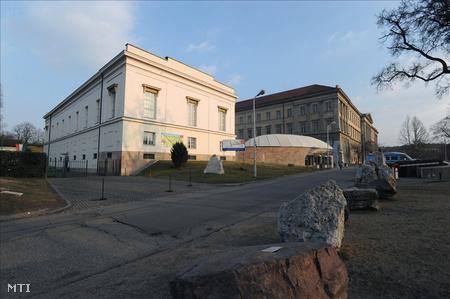 A lovarda és a Ludovika  épülete