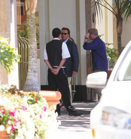 Schwarzenegger megérkezik a hotelbe