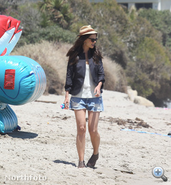Ő már Katie Holmes a malibui strandon