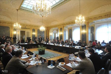 Az Országos Érdekegyeztető Tanács ülése a Nemzeti Fejlesztési Minisztériumban tavaly októberben. (Fotó: Soós Lajos)