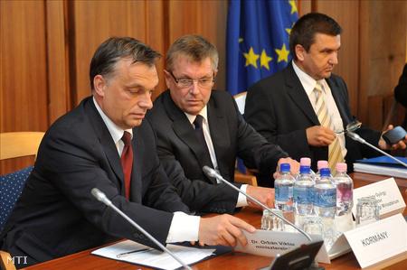 Orbán és Matolcsy az Országos Érdekegyeztető Tanács (OÉT) az új kormány hivatalba lépését követő első plenáris ülésén (Fotó: Soós Lajos)