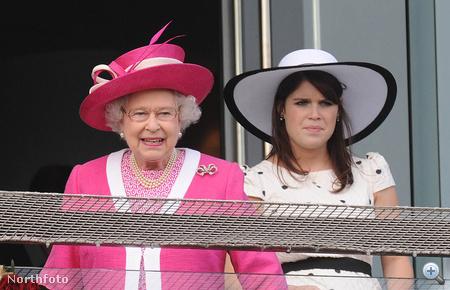 Eugenie Erzsébet királynő mögül figyeli a futamot.