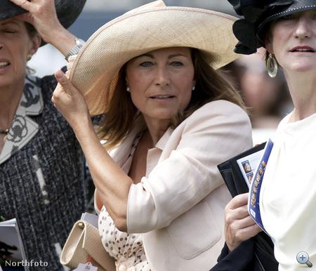 Carole Middleton: Catherine anyja a tömegből nézte a futamot, tökéletesen elegánsan.
