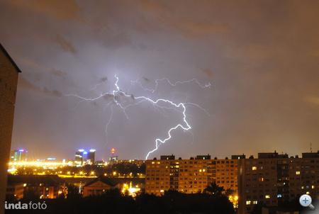Óbuda felett csapkodó villámok hétfőn este