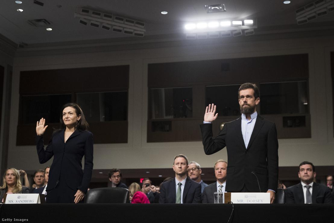 Sheryl Sandberg a Facebook ügyvezető igazgatója és Jack Dorsey a Twitter vezérigazgatója a meghallgatáson